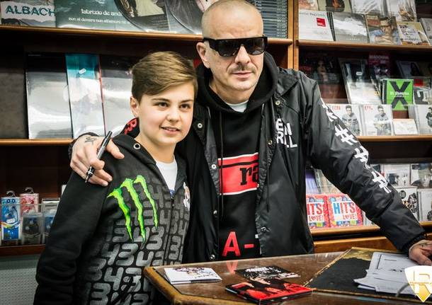 Don Joe dei Club Dogo incontra i fan