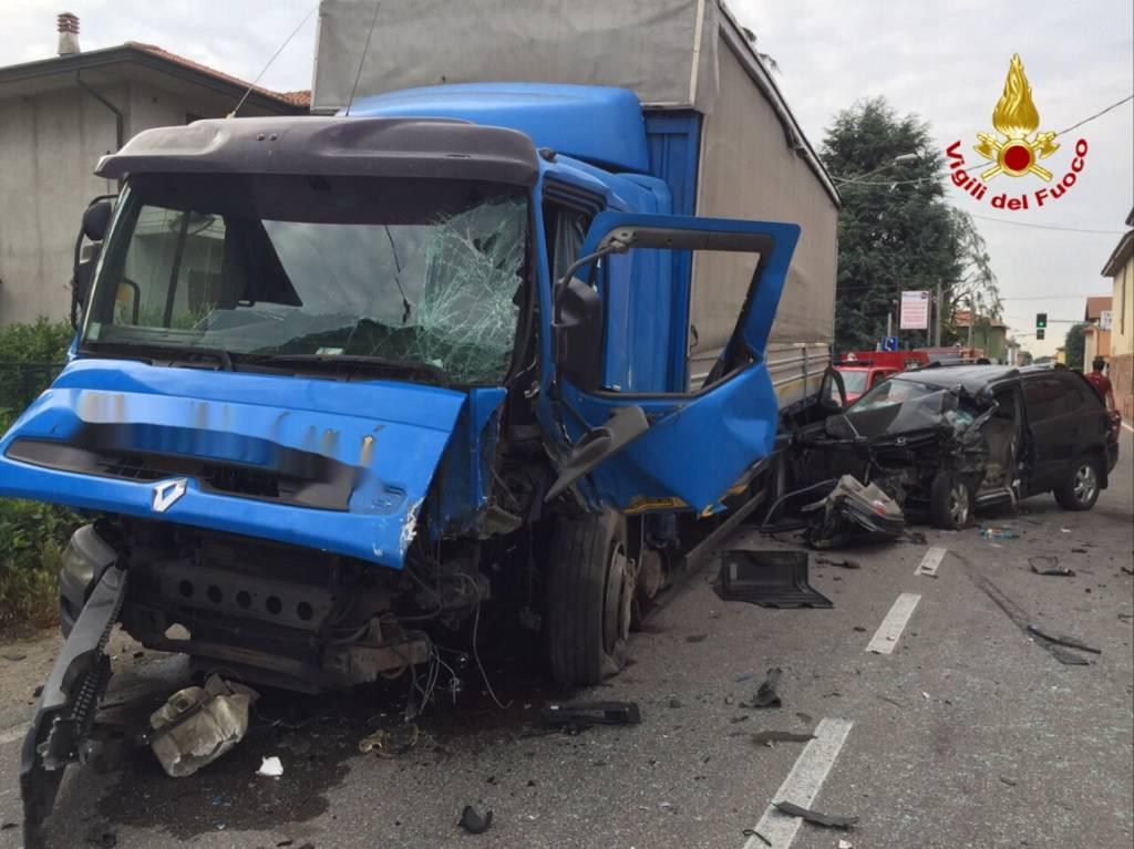 Cassano Magnago, camion si schianta in via Bonicalza