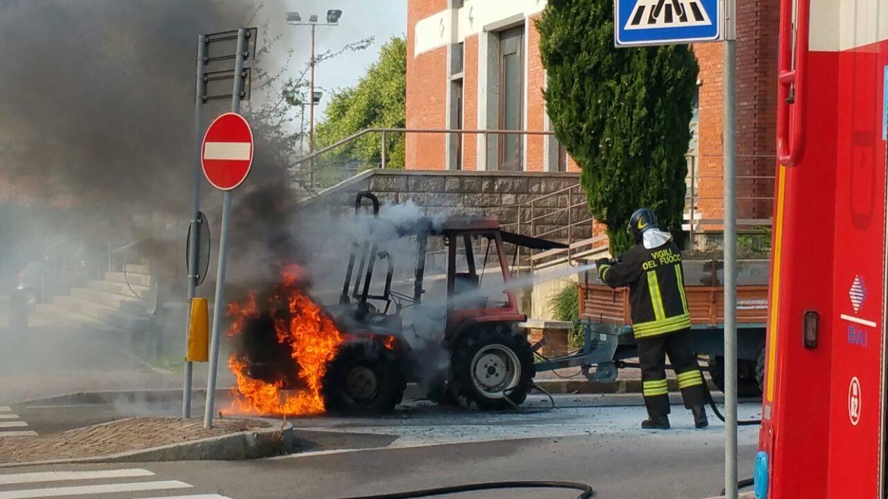 Incendio trattore a Bobbiate