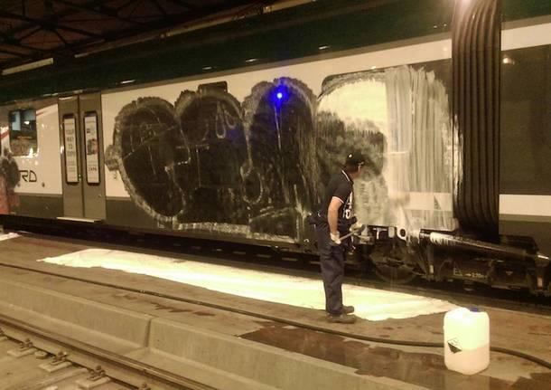 Ancora graffiti su un treno coradia trenord lo rimanda in - Trenord porta garibaldi ...