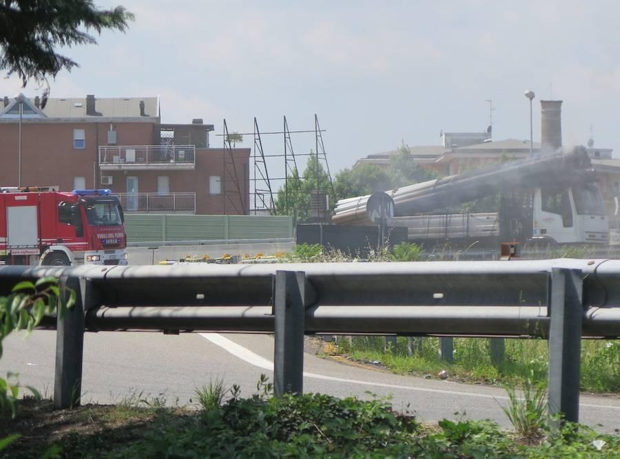 Camion brucia a Gallarate