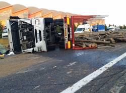 Camion legname ribaltato in A8