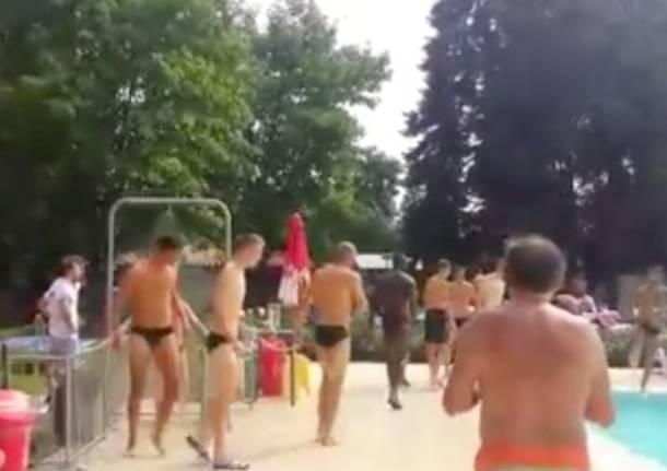 Fuori tutti in piscina arrivano i giocatori del milan - Zero piscina busto arsizio ...