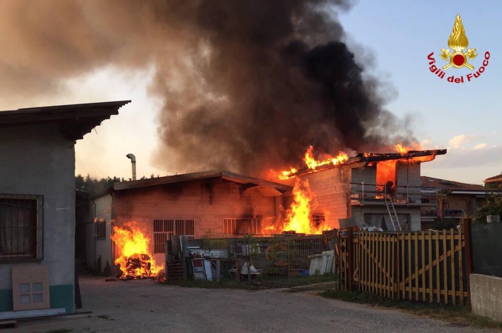 Incendio in una falegnameria di Brebbia