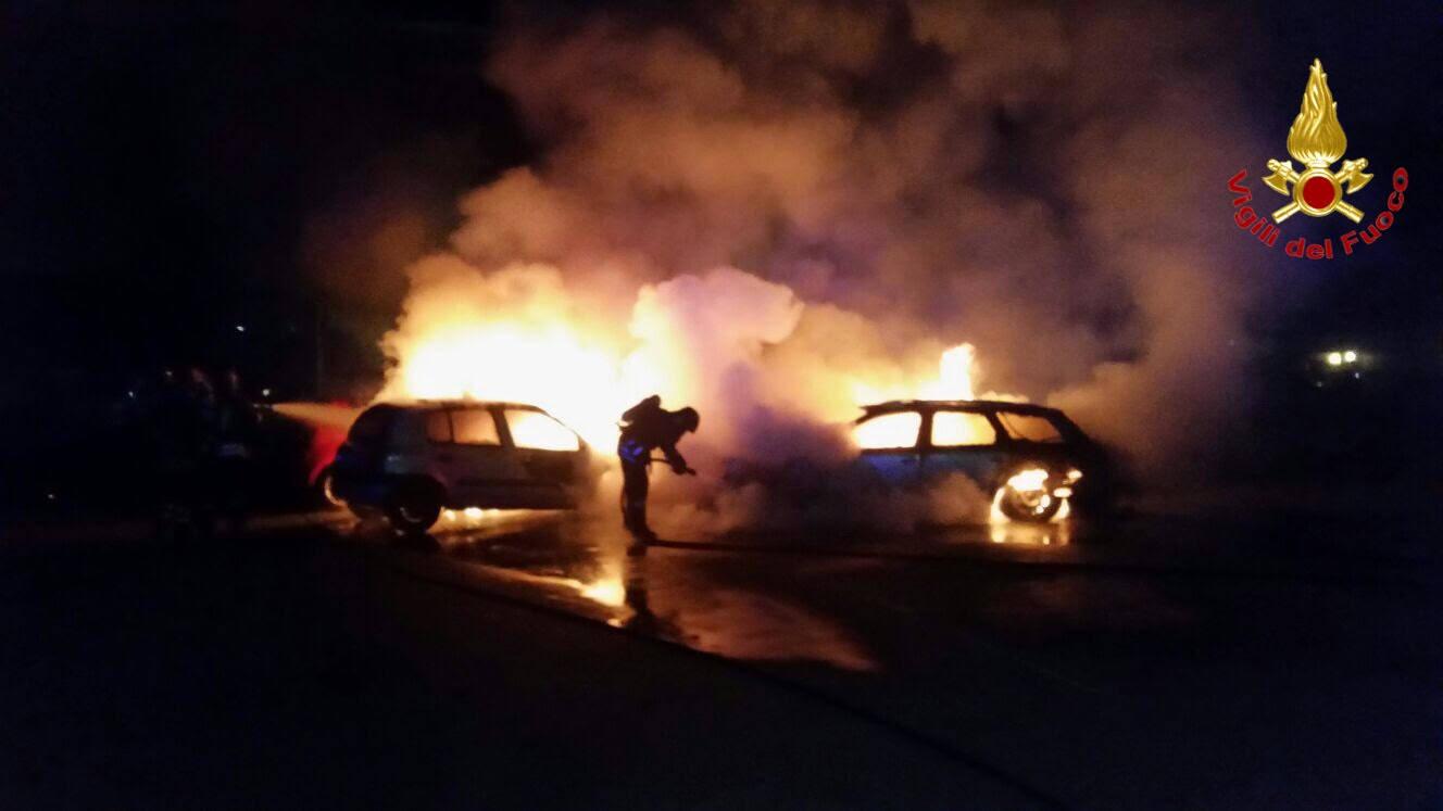 vigili del fuoco incendio auto notte generica