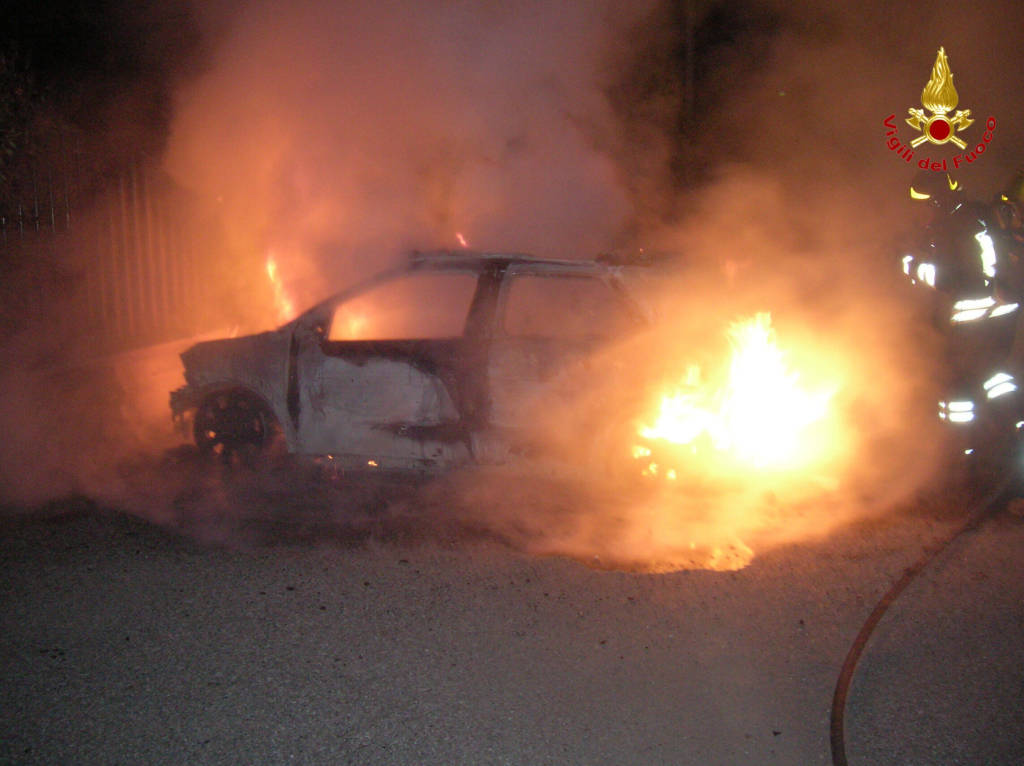 auto in fiamme a marnate