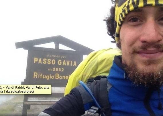 La faccia di un uomo che cammina da 3 mesi sulle Alpi