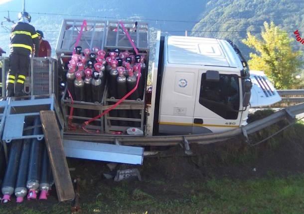 Si ribalta camion con bombole di idrogeno