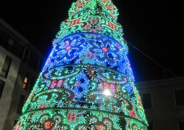 A Gallarate si illumina l'albero di Natale