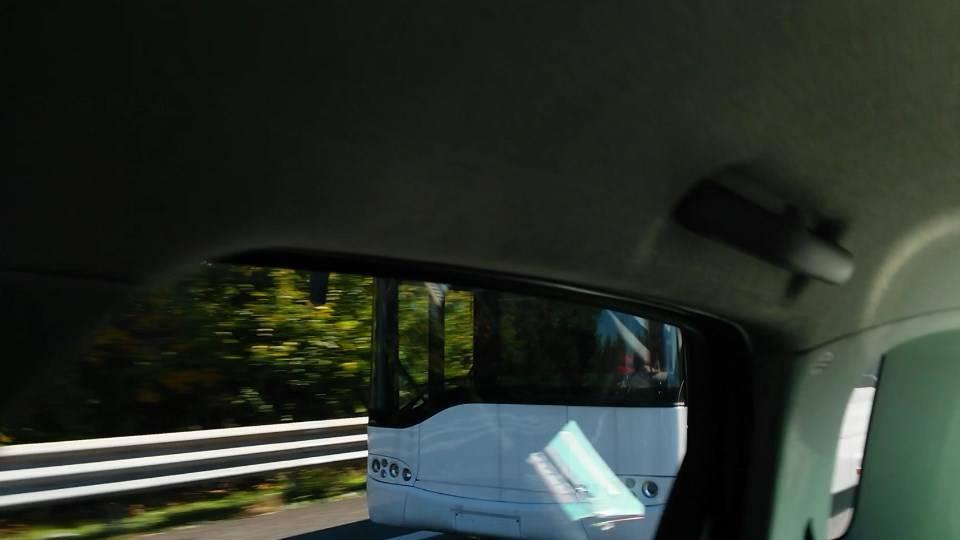 Misterioso bus bianco sulla A8, senza targhe!