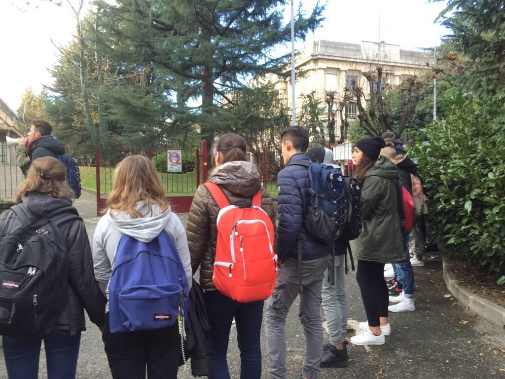 Gli studenti abbracciano Daverio Casula