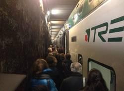 guasto al treno, pendolari sui binari