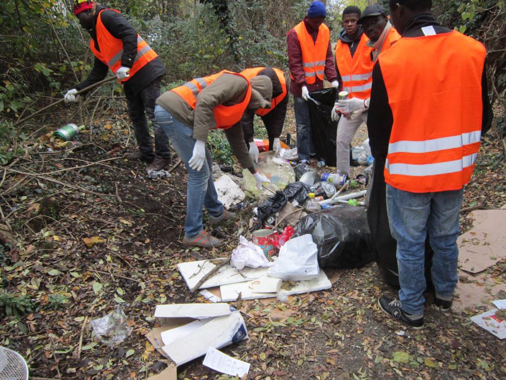 Profughi al lavoro per ripulire la città