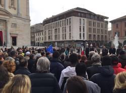 Un minuto di silenzio per le vittime di Parigi