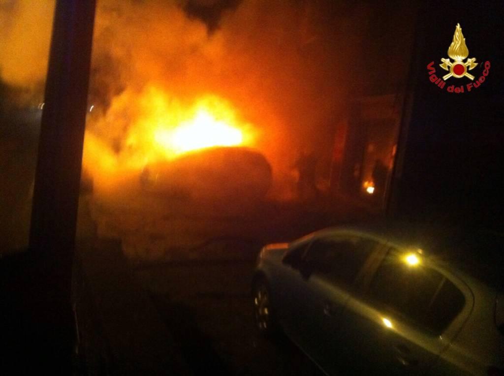 Auto in fiamme a Laveno Mombello