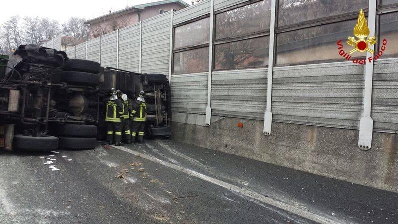 Camion ribaltato in A8 (vigili del fuoco)
