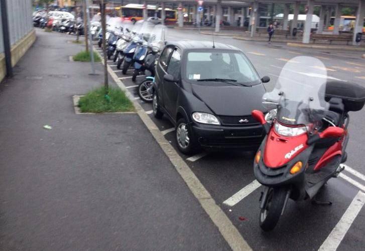 parcheggio moto macchine