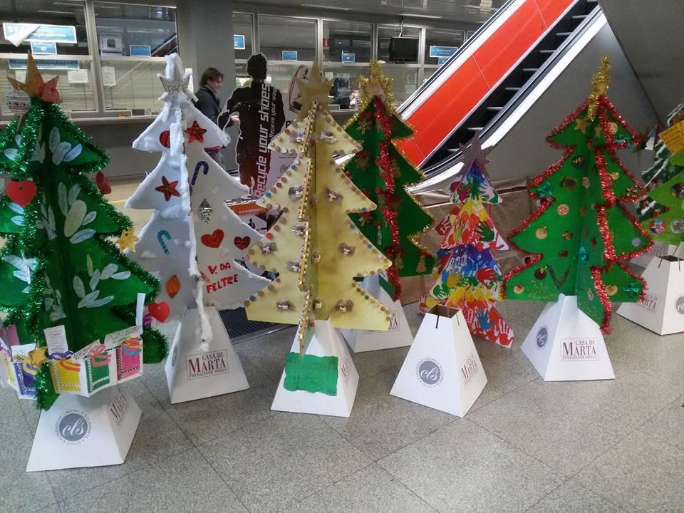 Saronno invasa da alberi di Natale colorati