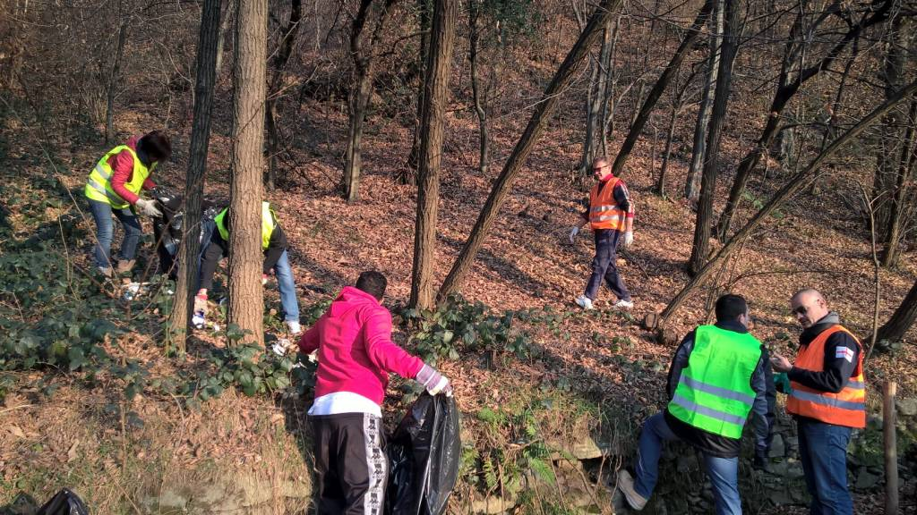 sindaco e assessori puliscono il bosco a cucco
