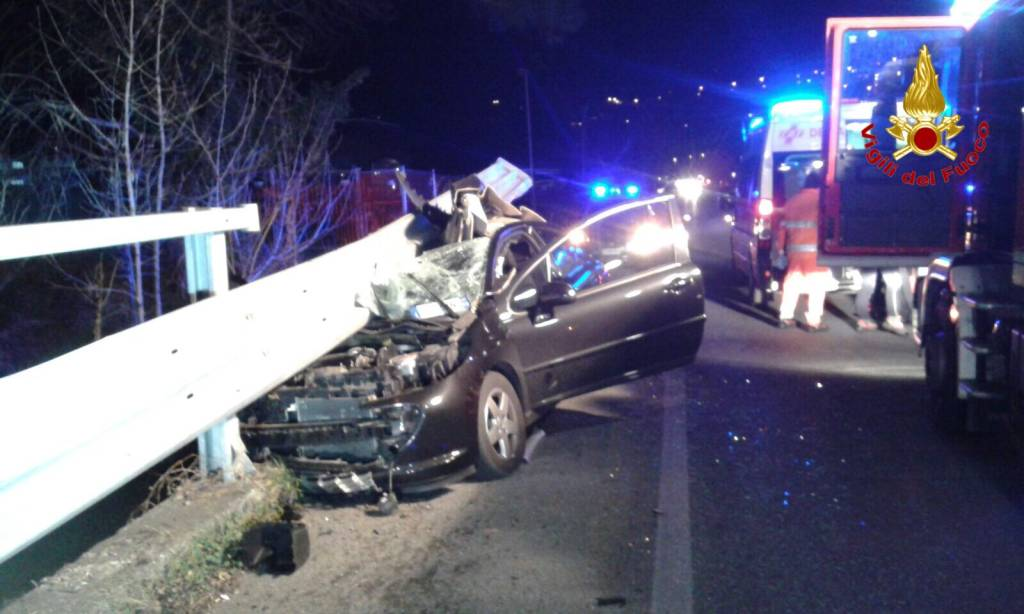 Auto contro il guard-rail, ferito 41enne