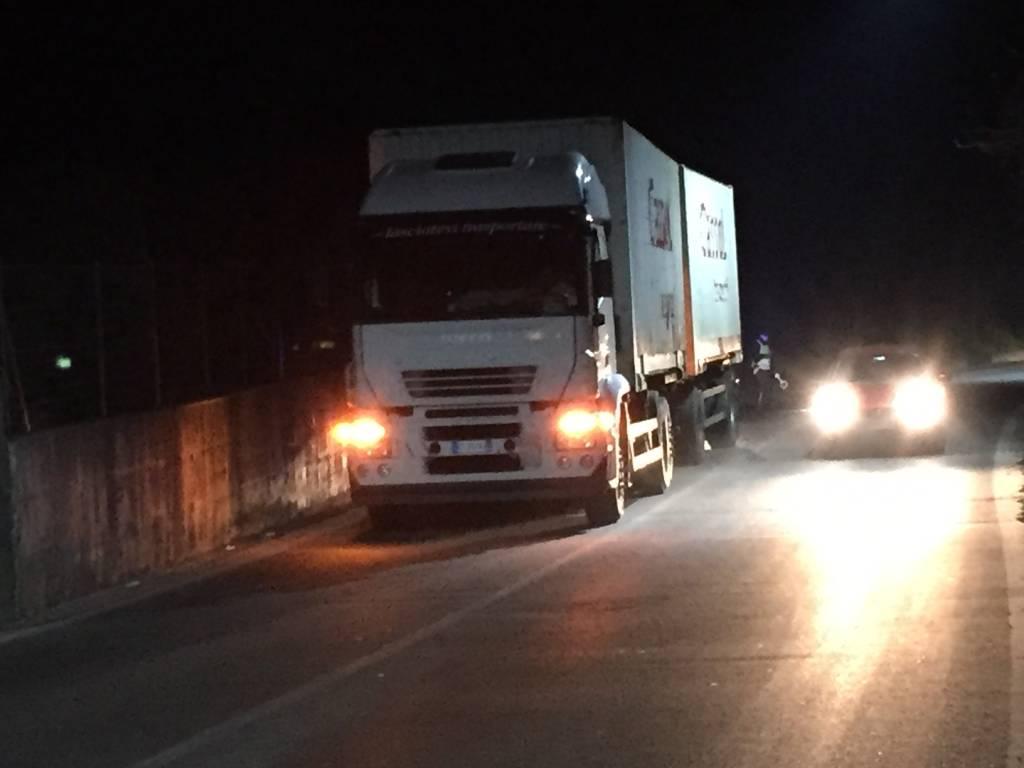 Camion bloccato, traffico in tilt