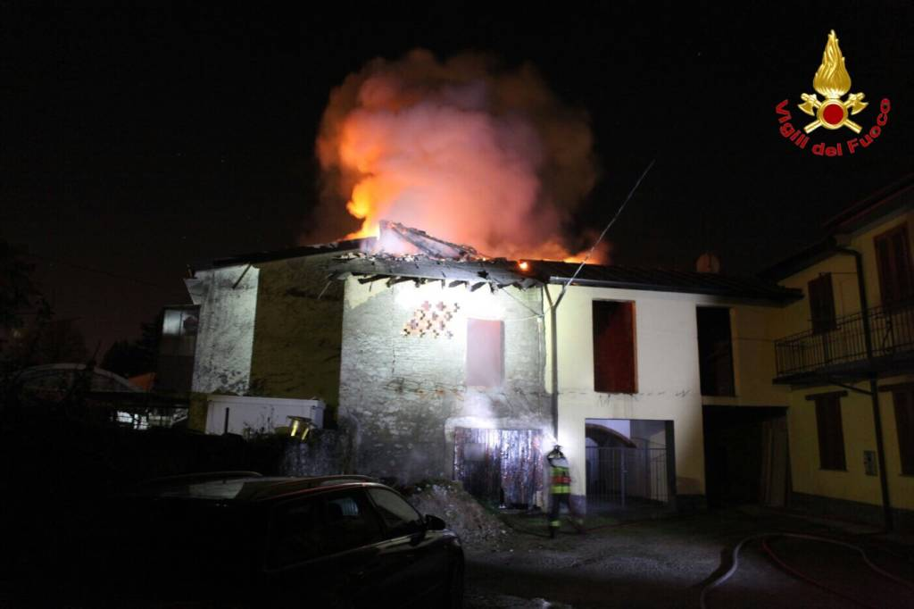 Grosso incendio distrugge un tetto