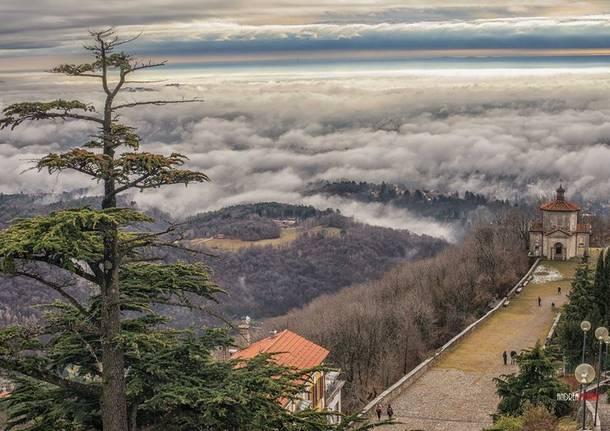 Il Sacro Monte spunta dalla nebbia