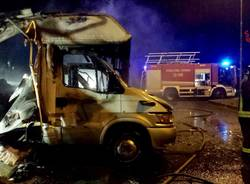 In fiamme due camper in via Airoldi