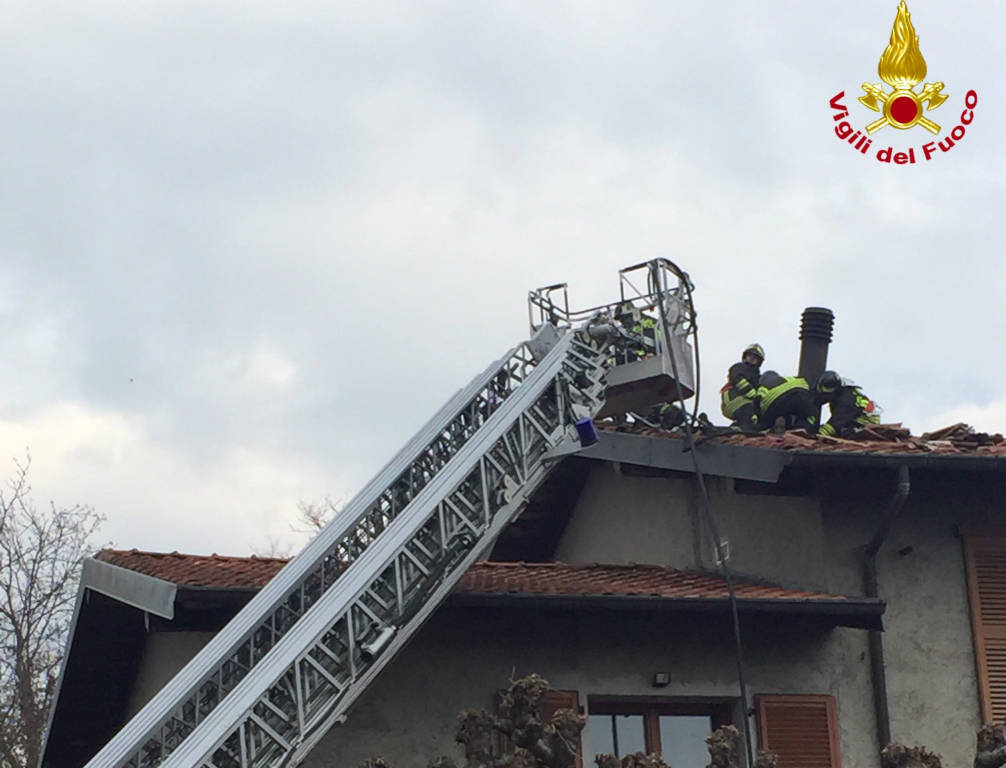Incendio tetto a Groppello di Gavirate