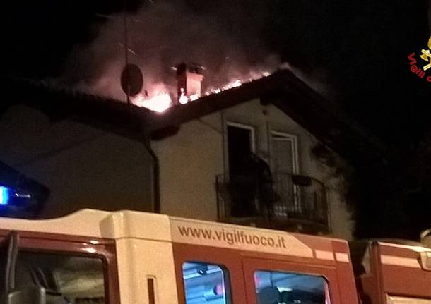 Tetto in fiamme a Cavaria