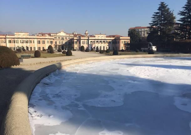 La fontana di Palazzo Estense nella morsa del ghiaccio