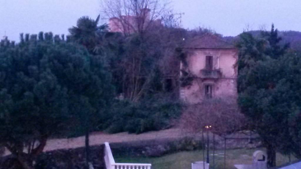 Le case abbandonate dietro l'ospedale di Angera