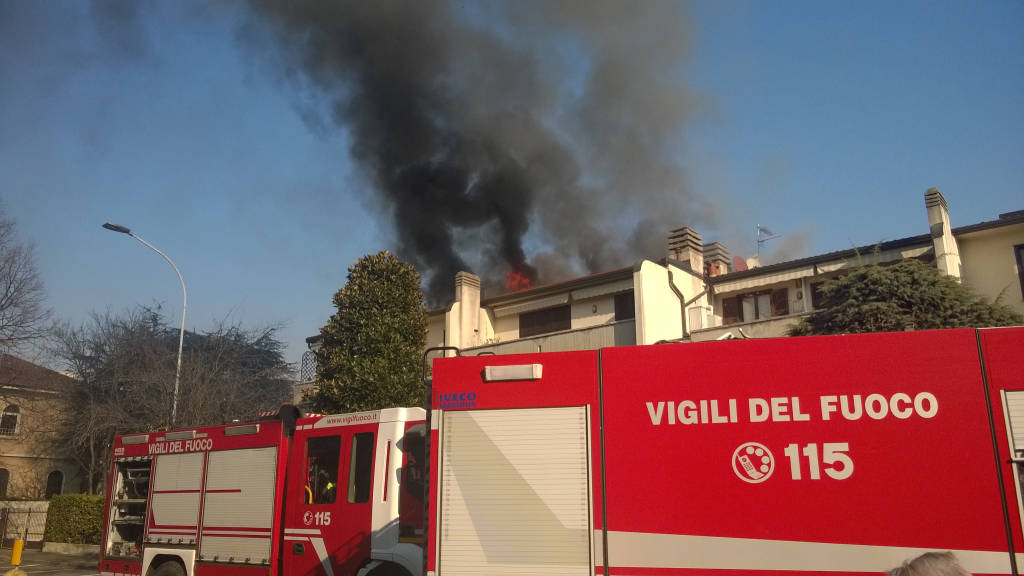 Tetto in fiamme a Castellanza