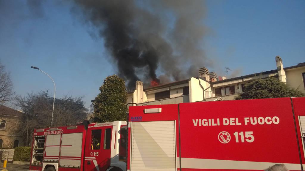 Tetto in fiamme a Castellanza