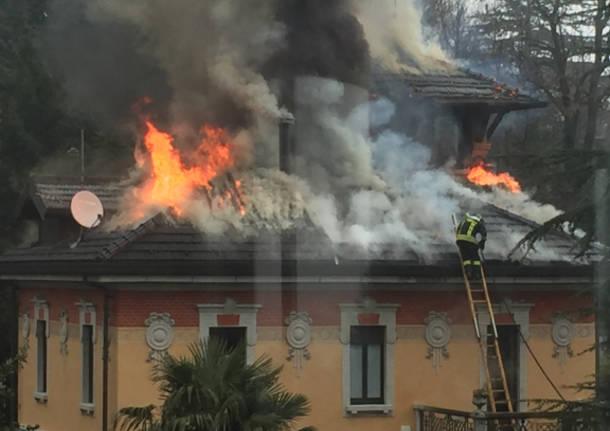 Brucia il tetto di una villa liberty a Sacro Monte