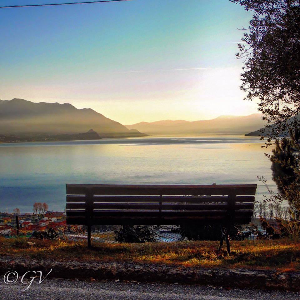 Una panchina sul lago Maggiore a Maccagno