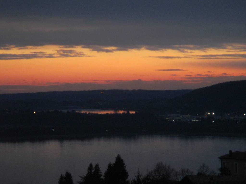 Tramonto sui laghi di Varese e Comabbio