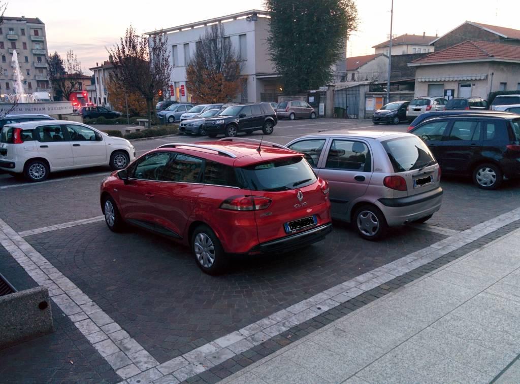 Piazza pedonale che diventa un parcheggio...e nessuno fa niente!!!