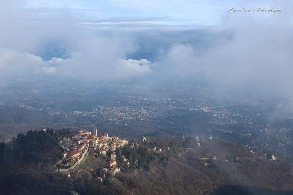 Il Sacro Monte sbuca dalle nubi