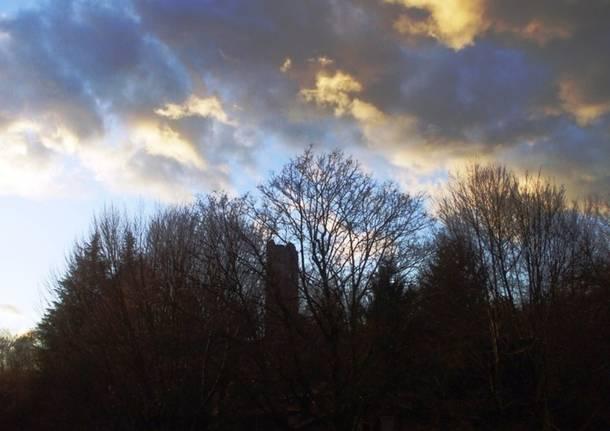 Gioco di nuvole sopjavascript:;ra la Torre di Velate...