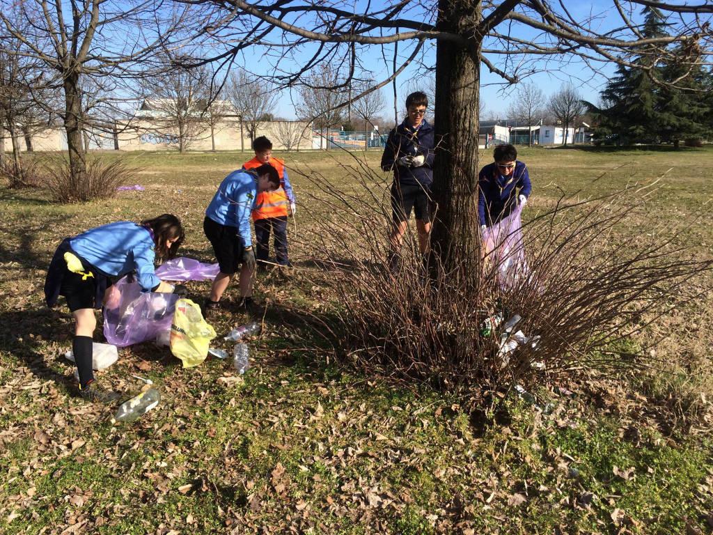 Gli scout puliscono la città
