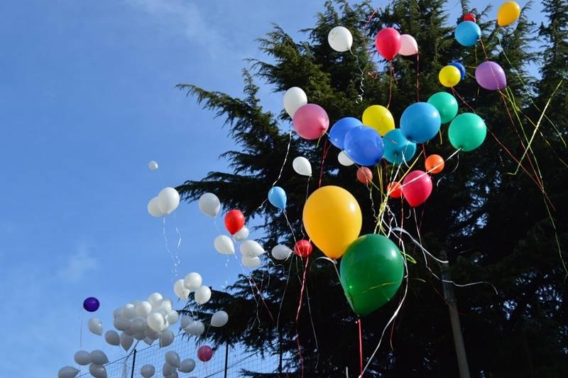 Lancio di palloncini contro il tumore dei bambini