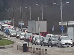 Auto in tangenziale ferme per gasolio sulla strada