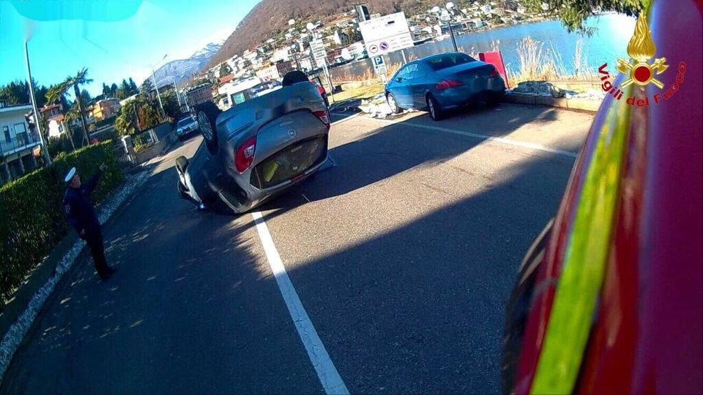 Auto ribaltata a Lavena Ponte Tresa