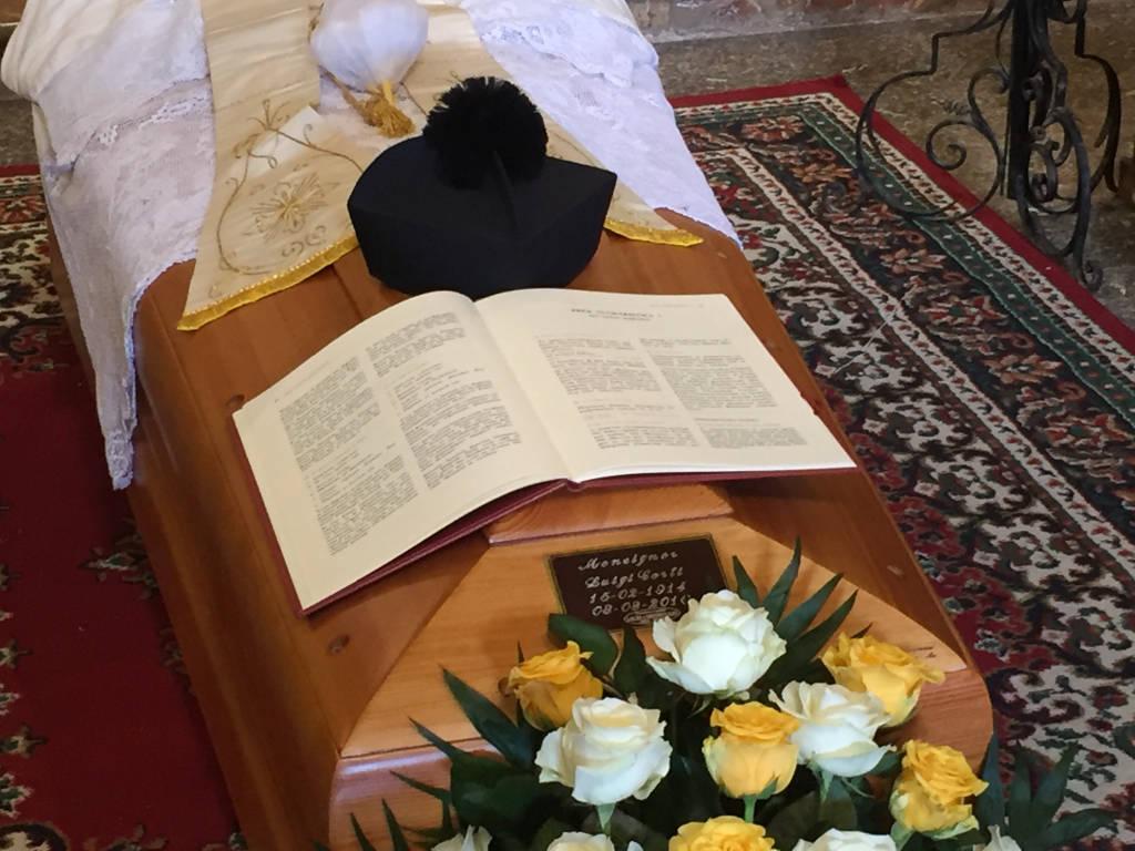 I funerali di don Luigi, parroco di Marzio
