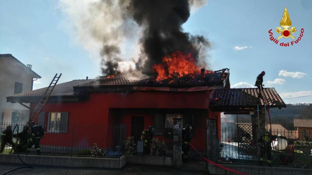 incendio cocquio trevisago 17 marzo 2016 l'intervento dei vigili del fuoco