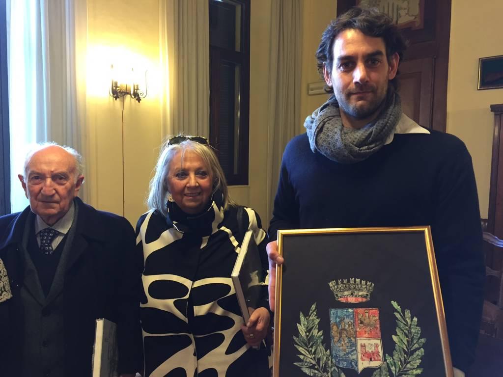 L'opera di Donatella Stolz consegnata al sindaco di Besozzo