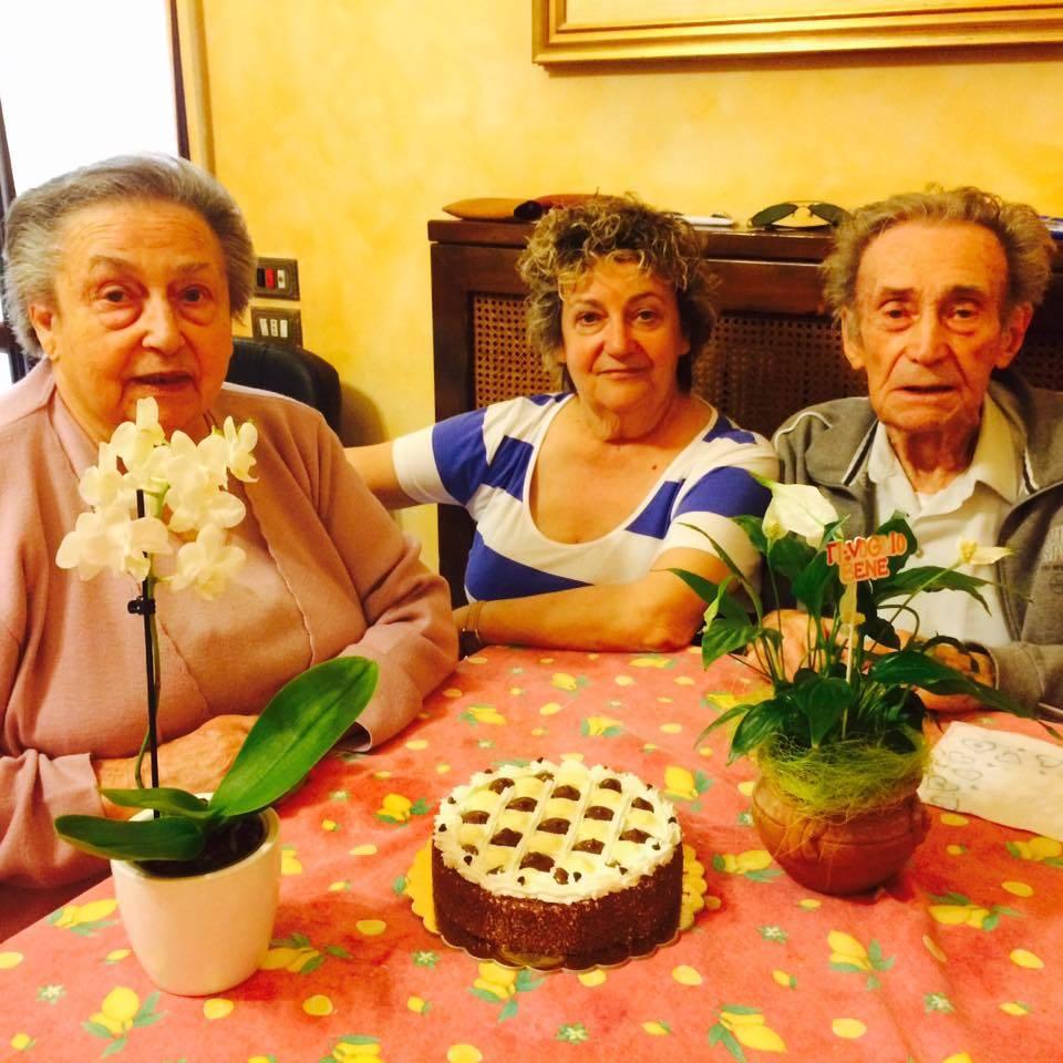 Sara fa gli auguri ai nonni