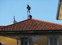 Sgombero, due ragazzi salgono sul tetto