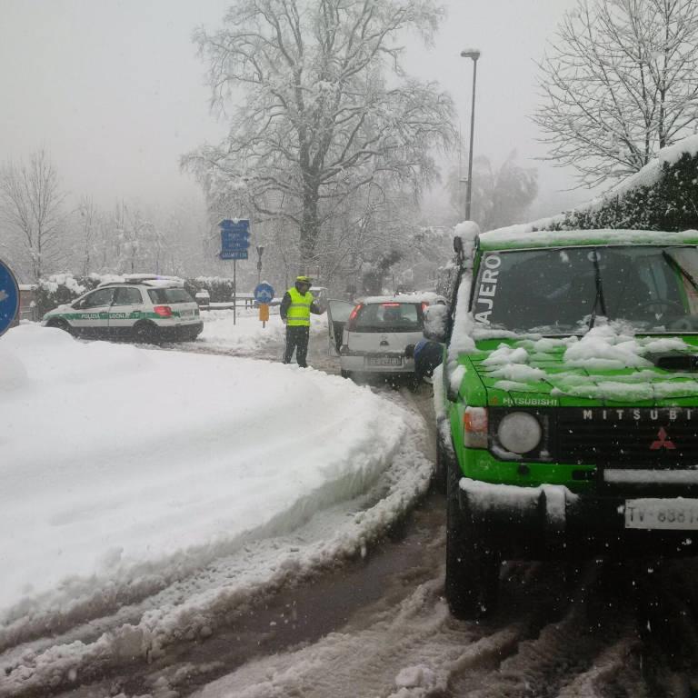 Vigili urbani al lavoro durante la nevicata del 5 marzo